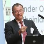 Hans-Georg Huber bei einem Vortrag zum Thema Nachfolge in Familienunternehmen