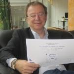 Hans-Georg Huber beim Lesen eines Protokolls